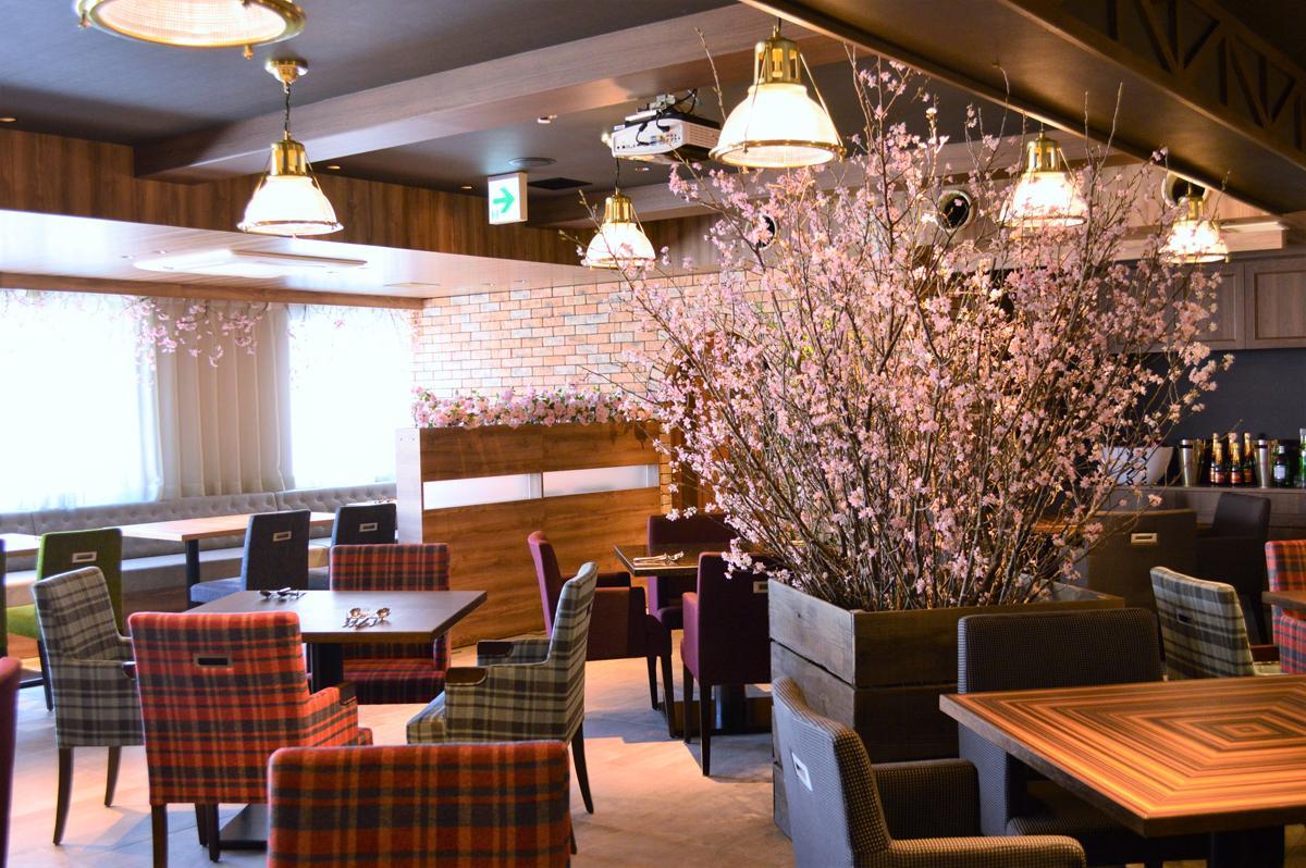 イタリア料理店「神戸イタリアン N ISOLA(エヌ イーゾラ)」店内中央に設けた全長約2.5メートルの桜(ソメイヨシノ)の木