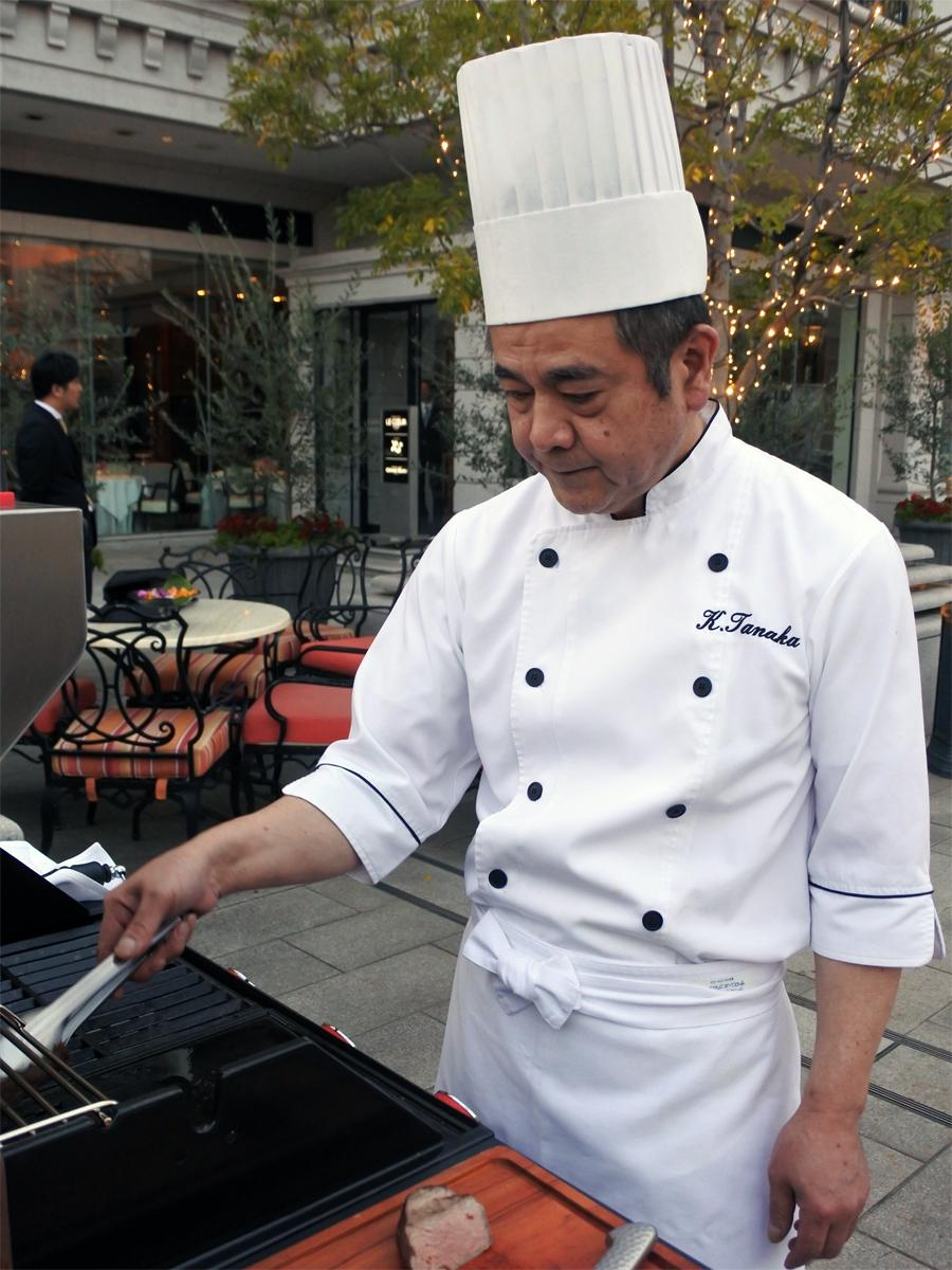 同ホテル総料理長の田中耕太郎さんによるグランピングの様子