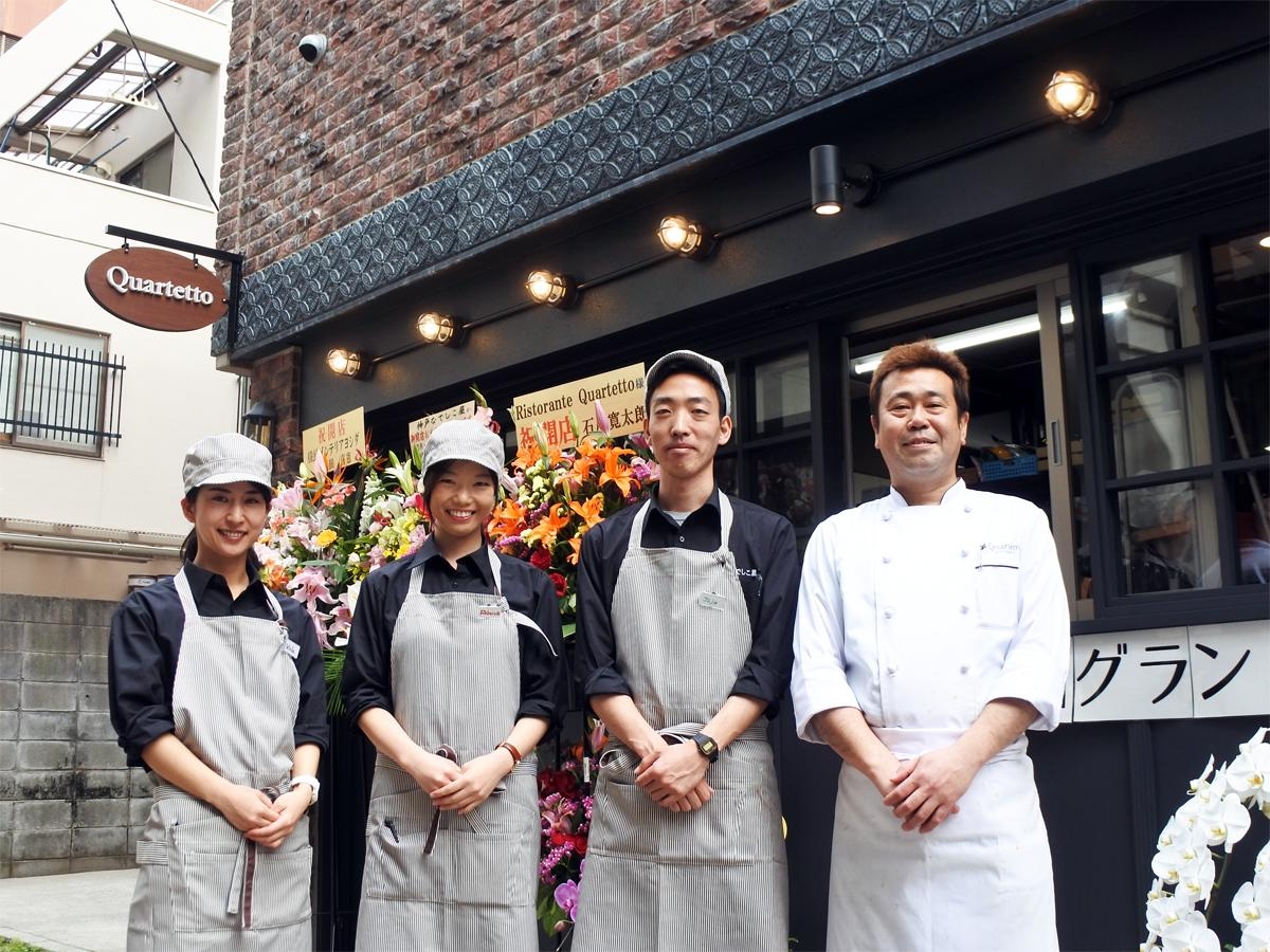 イタリア政府公認日本ナポリピッツァ職人協会認定職人の福田吉一シェフ(右)とスタッフら