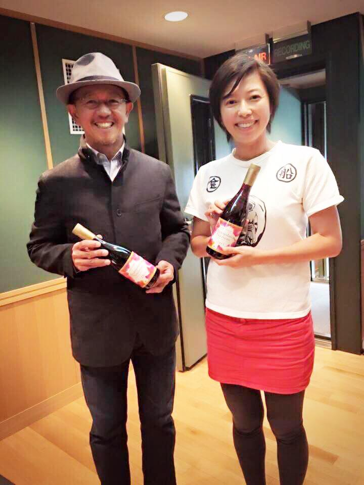 「Brilliantなワインの試飲販売会」スペシャルゲストのラジオパーソナリティーでタレントの大久保かれんさん(右)とシニアソムリエの近藤弘康さん(左)