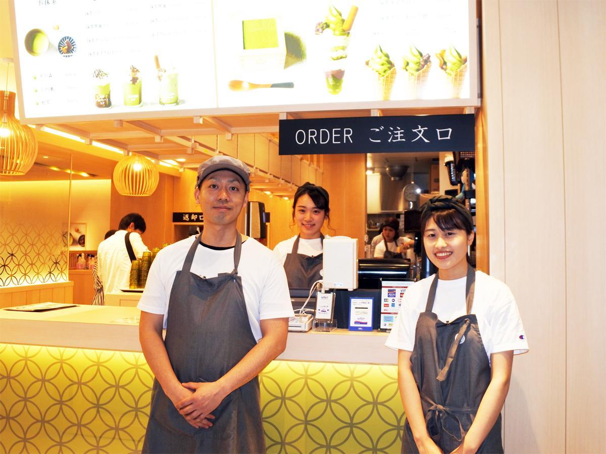 「MACCHA HOUSE 抹茶館」の桑迫和弘店長(左)
