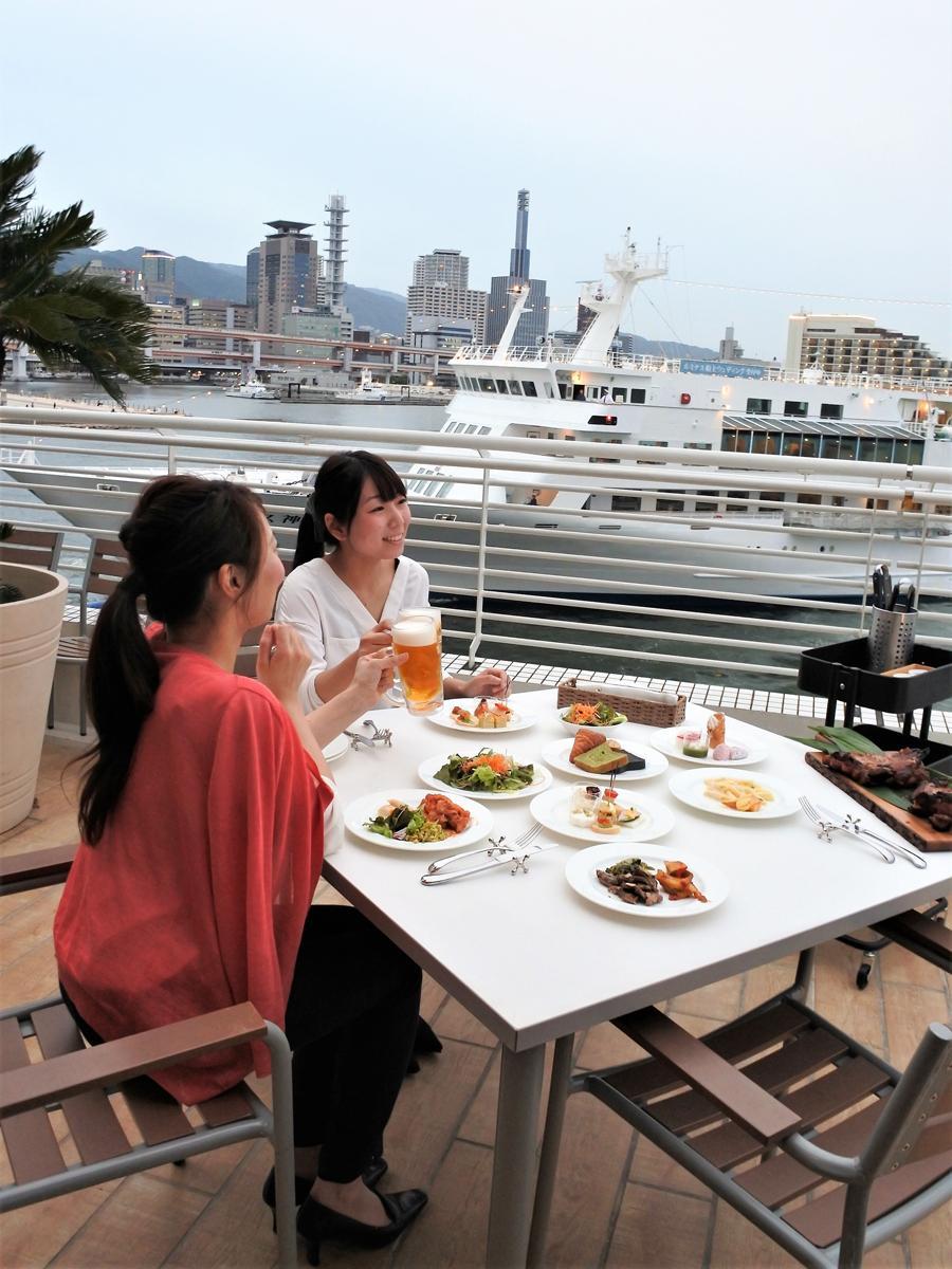 神戸メリケンパークオリエンタルホテル3階のテラスレストラン「サンタモニカの風」テラスエリアにビアテラス