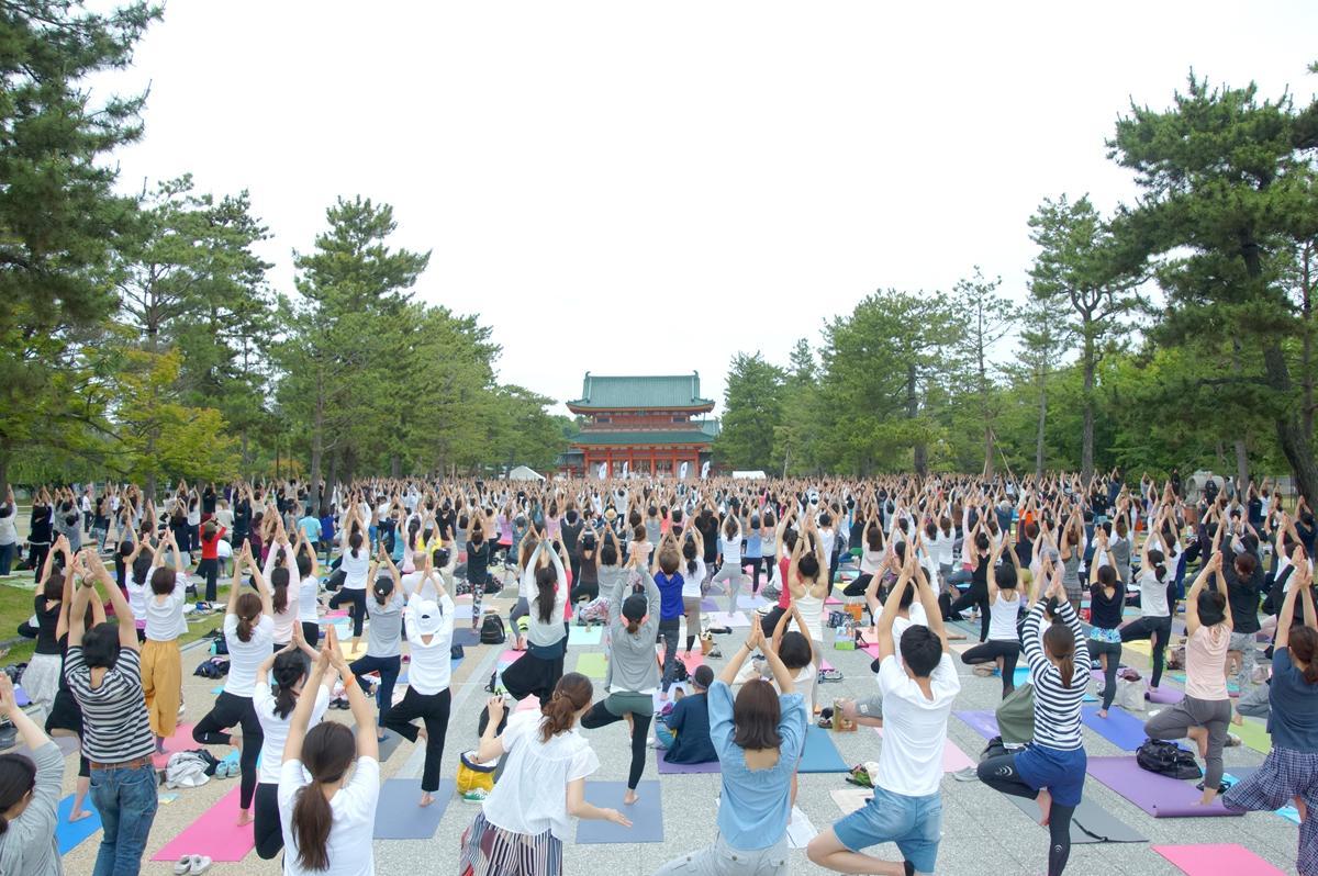 昨年開催された京都平安神宮「1000人ヨガ」の様子