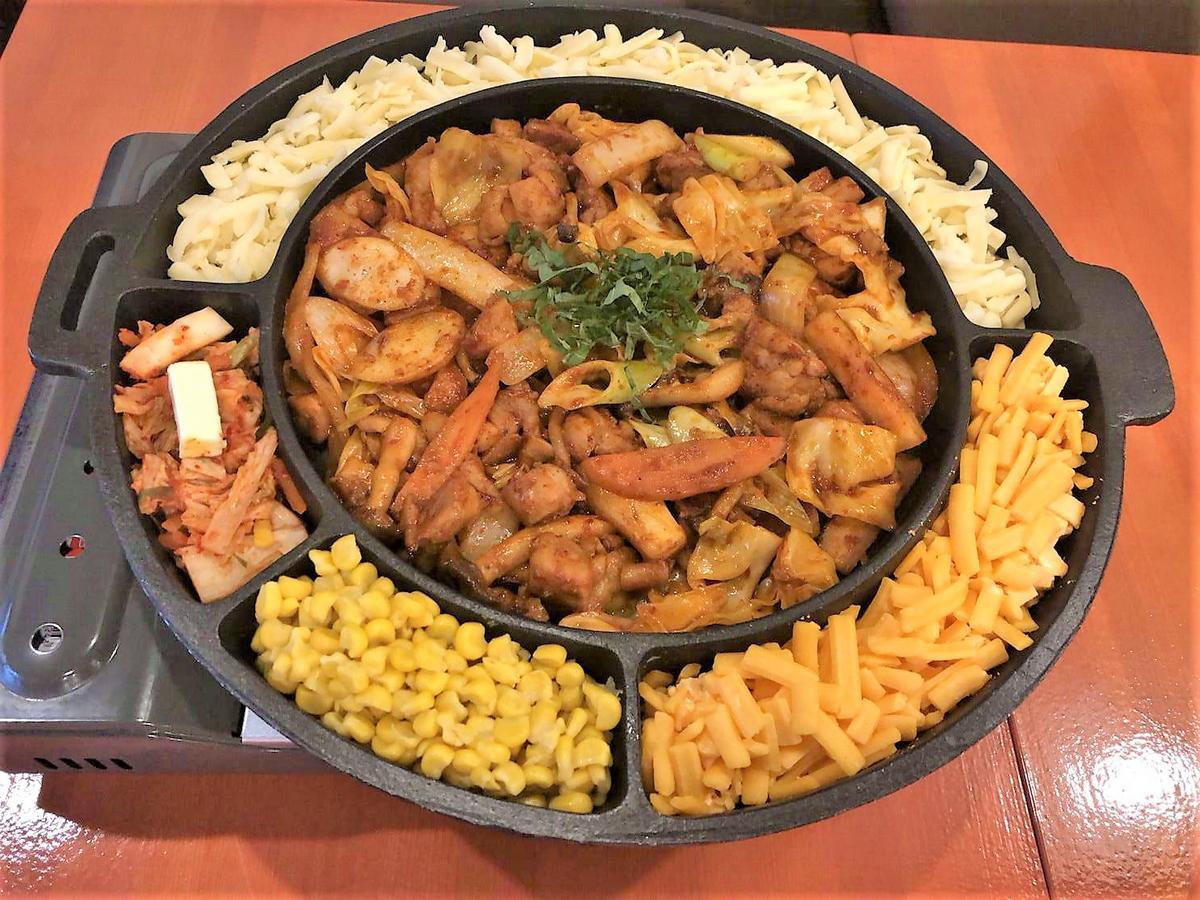 韓国料理メインの居酒屋「韓国家庭料理 とんどり 元町店」の「チーズタッカルビ」