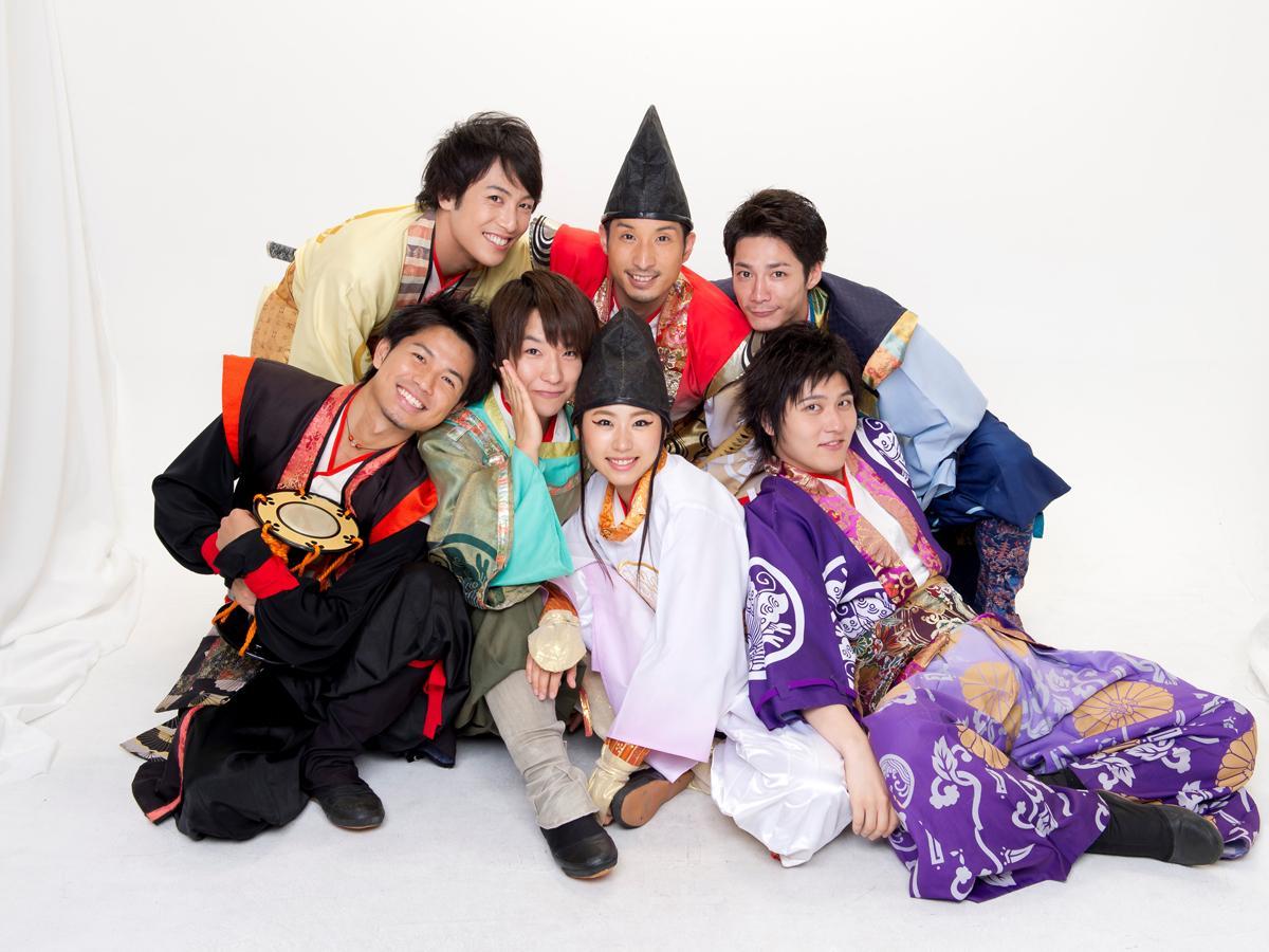 有料老人ホームを巡るバスツアーの案内役は神戸を中心に活動している武将隊「神戸・清盛隊」