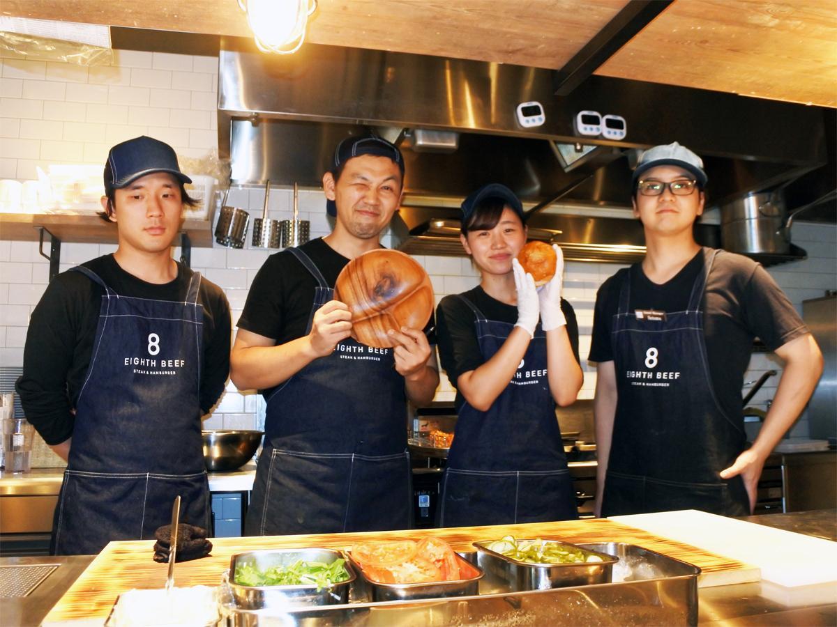 「8 EIGHTH BEEF(エイトビーフ)」の林田彰店長(左から2番目)