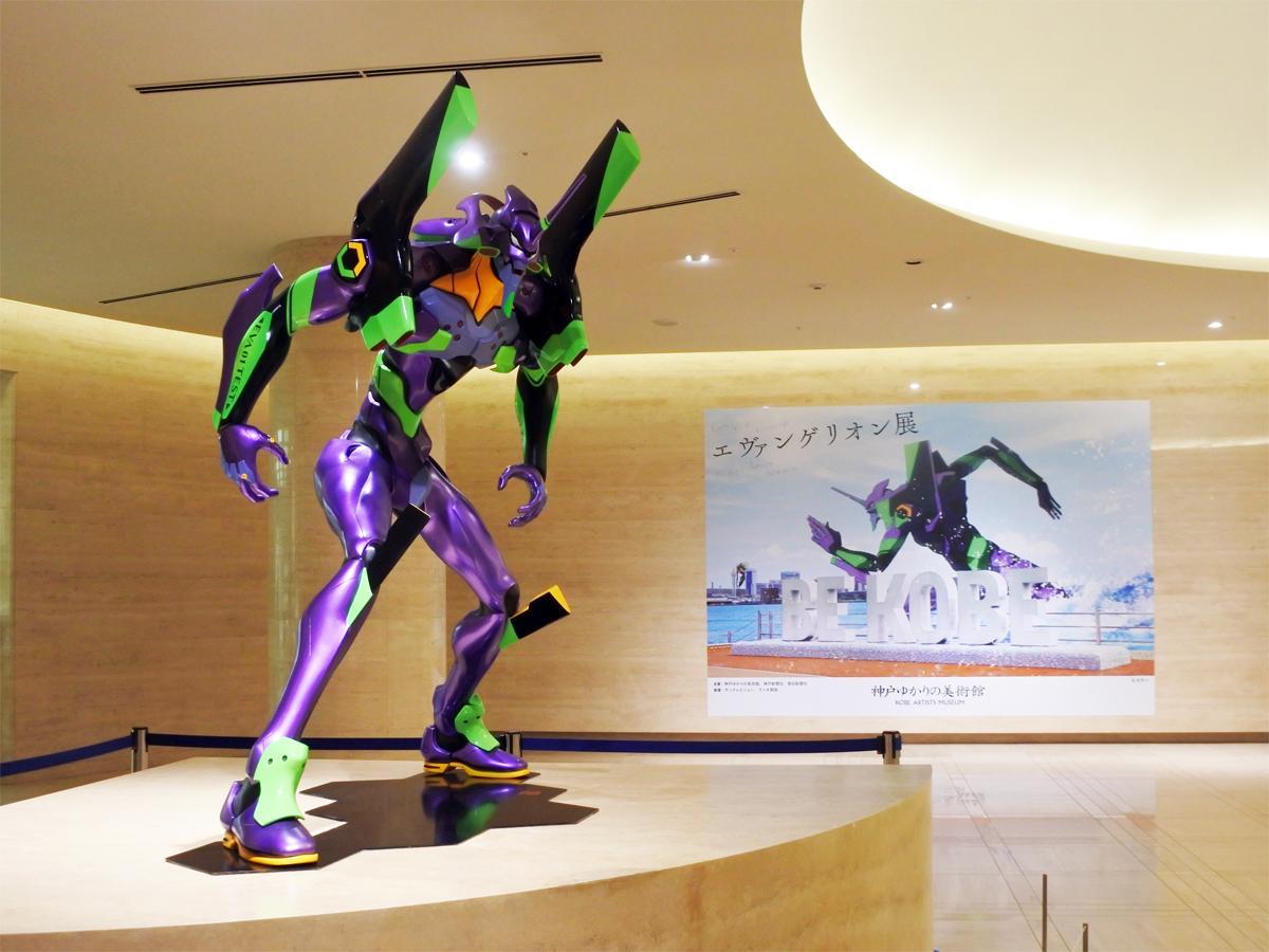 「エヴァンゲリオン展」のエントランスでは初号機が出迎える