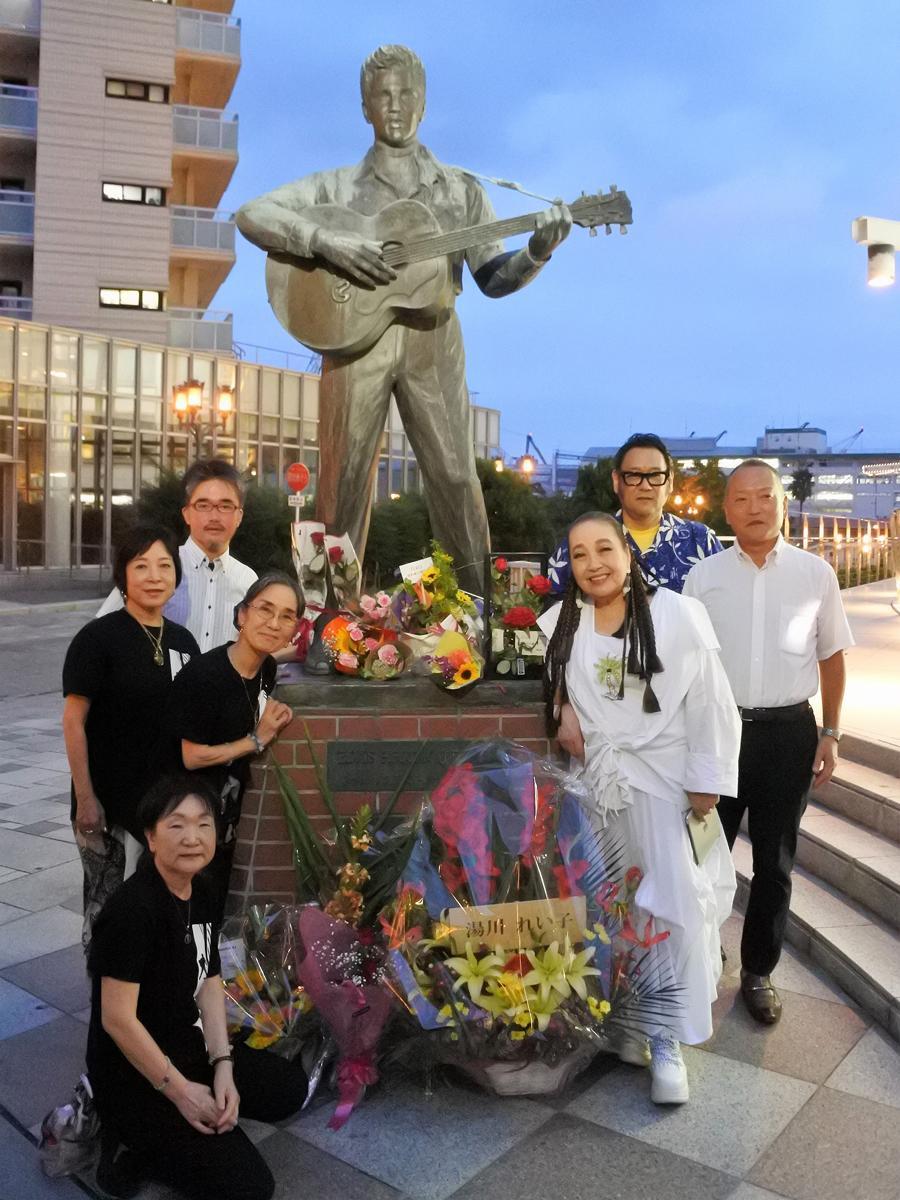 プレスリー像神戸移設の立役者でもある作詞家で音楽評論家の湯川れい子さんとエルヴィスウィーク推進委員会メンバー