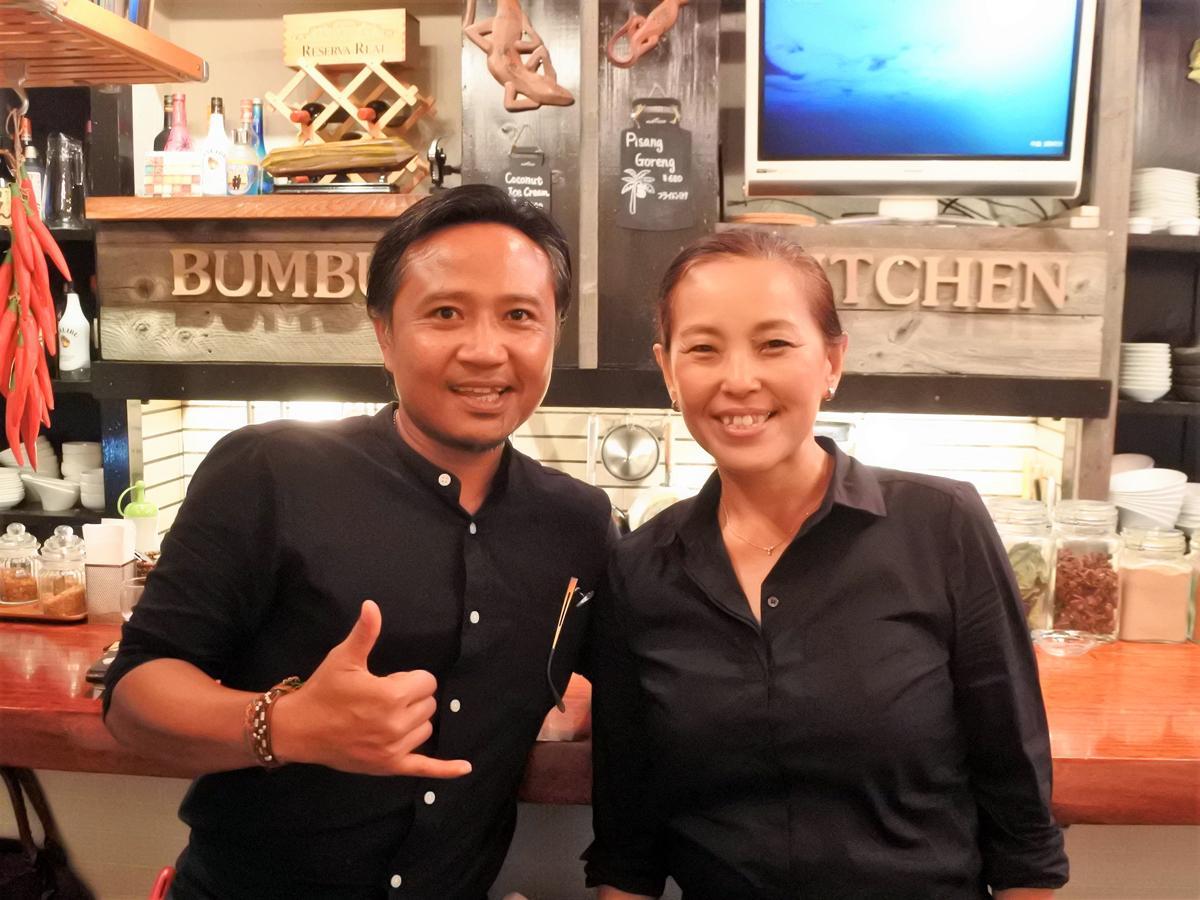 店主の妹尾純子さんと夫でインドネシア中部ロンボク島出身シェフのユスフ・デビハンさん