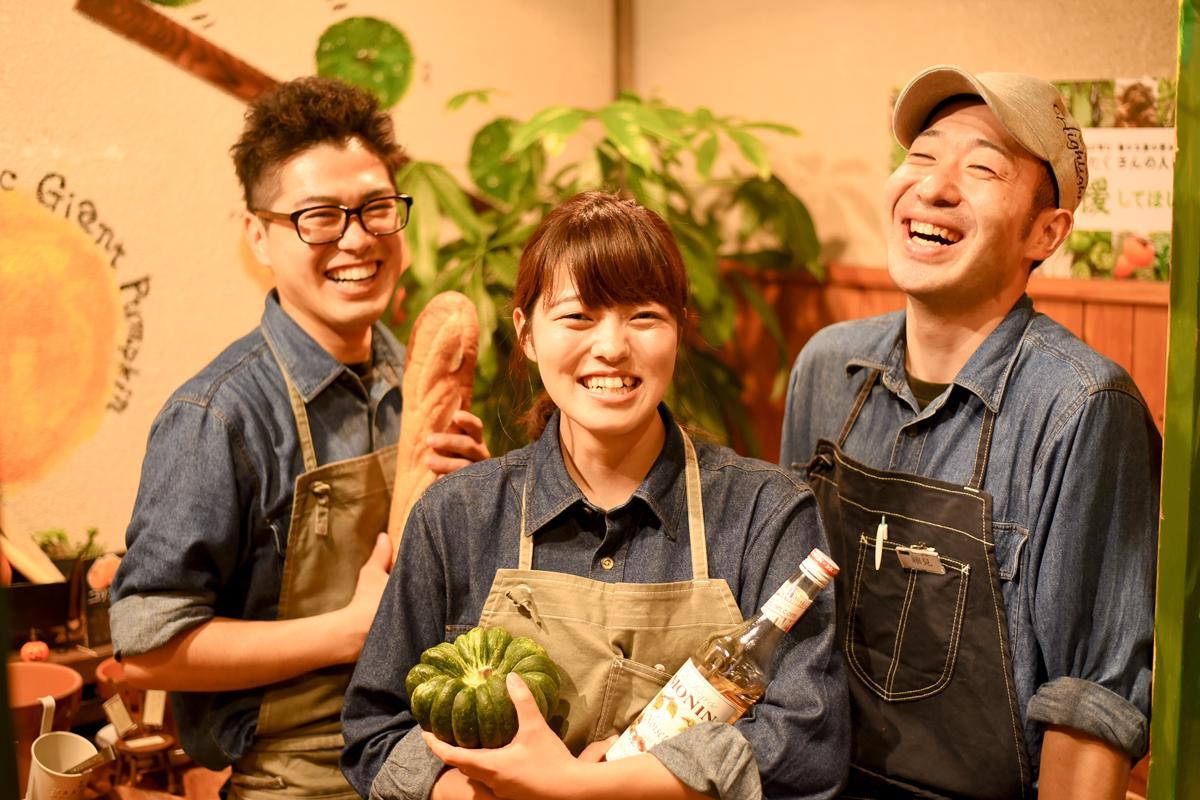 「八百屋カフェ SANNOMIYA」店長の疋田裕史さん(左)とスタッフ