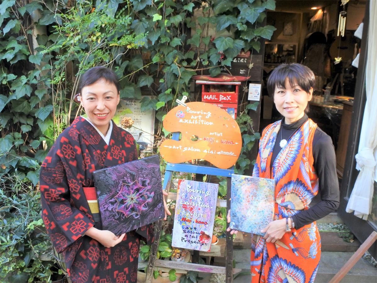 女性アートユニット「Mqi&Kana」のMqiさん(左)とKanaさん(右)