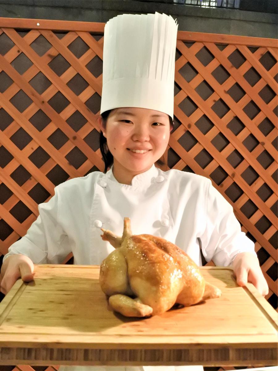 フードメニューには料理人が目の前で切り分ける自家製ローストチキンも用意する