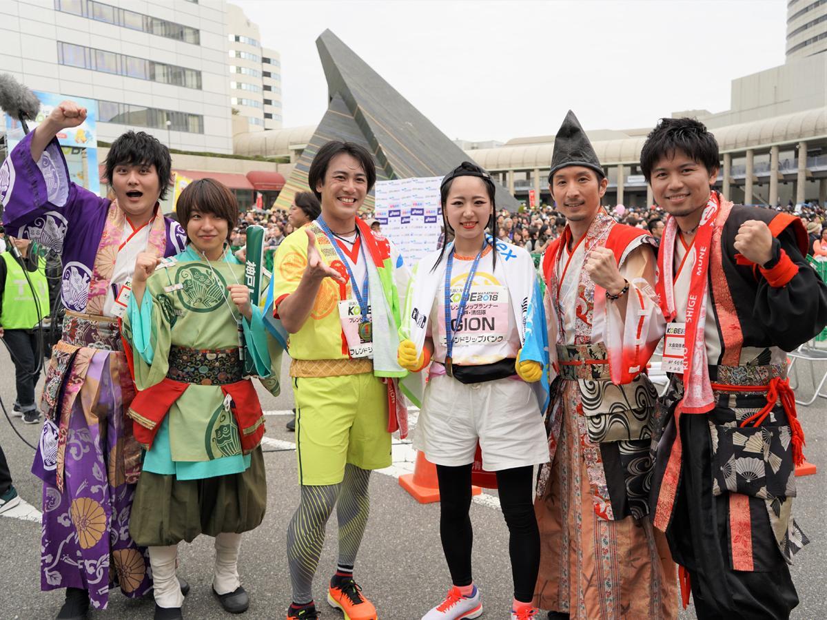 左から神戸・清盛隊の五男・平重衡さん、甥・平敦盛さん、嫡男・平重盛さん、GIONさん、棟梁・平清盛さん、四男・平知盛さん
