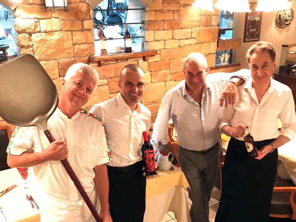 オーナーシェフのピエトロさん(右から2番目)とイタリア人スタッフら