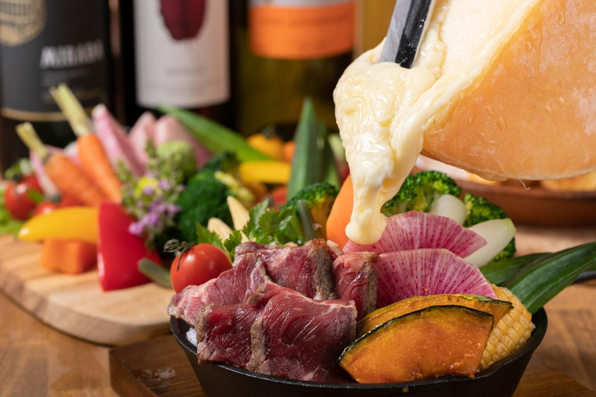 「La Resort(ラ・リゾート)三宮」の名物「お肉と花畑牧場のラクレットチーズ」