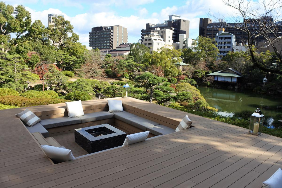 6000坪の日本庭園に隣接する「THE SORAKUEN」の「ヤグラテラス」の様子