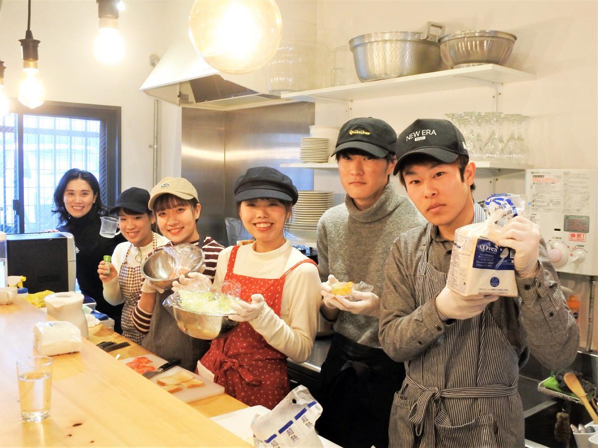 「みんなのスープ食堂」12月15日に担当した神戸学院大学現代社会学部現代社会学科2年生と現代社会学部准教授の松田ヒロ子さん(左奥)