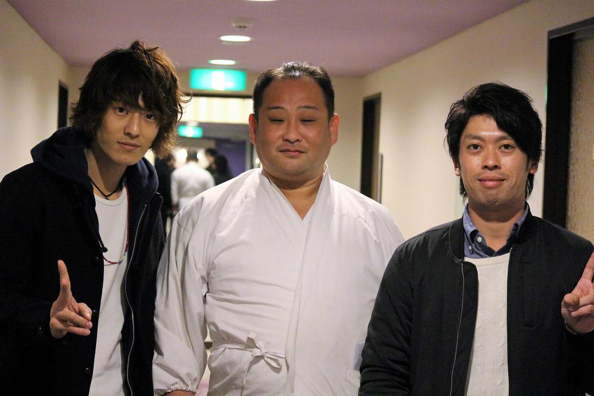 生田神社の神主・酒井康博さんとアコースティックデュオ「にこいち」