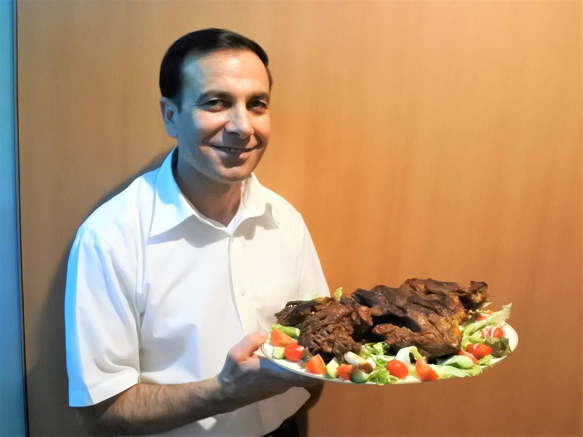約4キロのマトンレッグを持つパキスタン人オーナーシェフのM.Yahyaさん