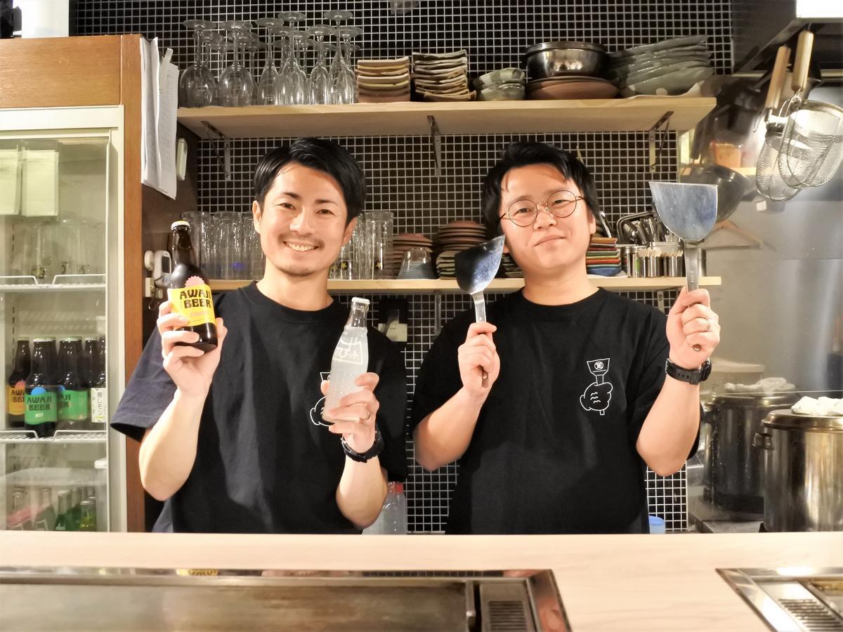 もんじゃ焼き専門店「もんじゃ 寛」代表の伊藤隆太さん(左)と店長の森山昂太さん(右)