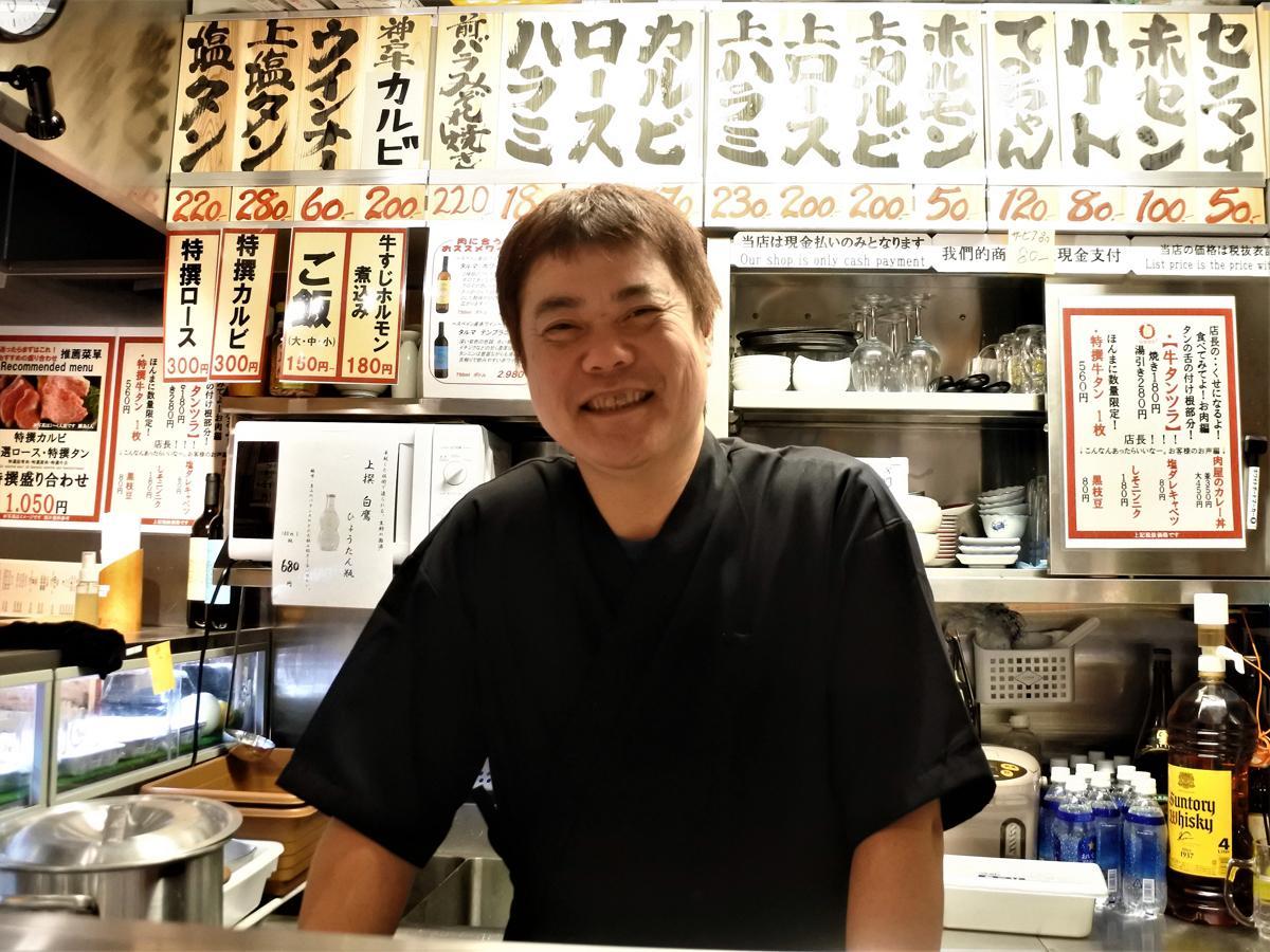 「卸問屋直営 立ち食い 一切れ焼肉 松田」店長の松田祐二さん