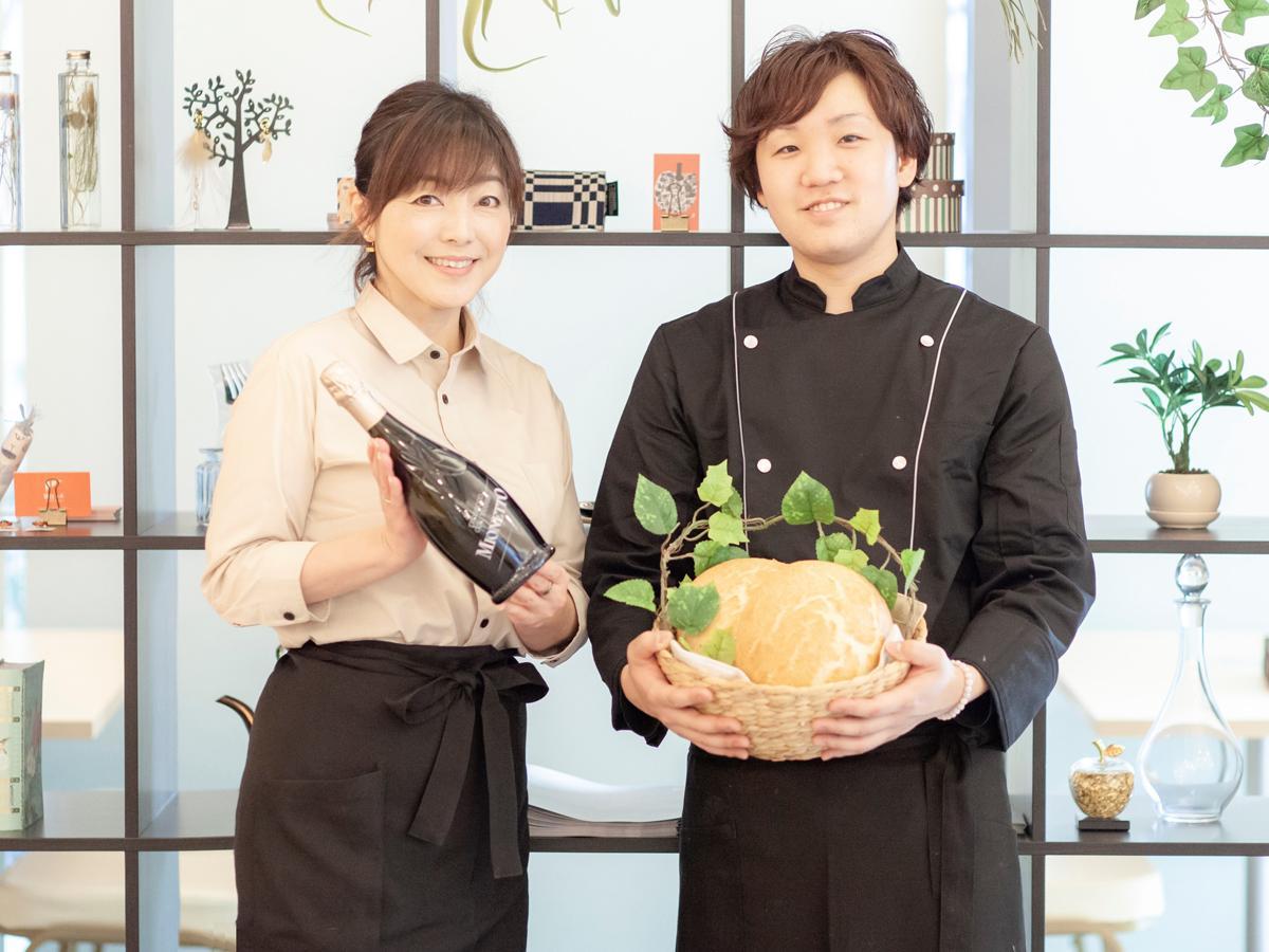 「グランメール芦屋」マネジャーの小川優美子さん(左)と料理長の大井裕輝さん(右) 撮影=金本義隆さん