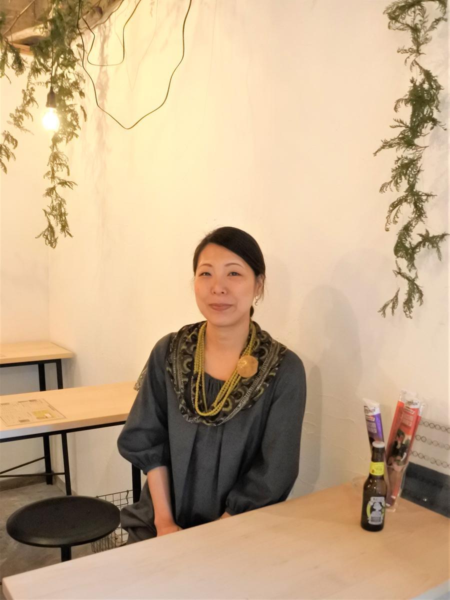 「CAFEとBARとGREEN モトヤオヤ」を運営するシェアコーディネーターの東村奈保さん