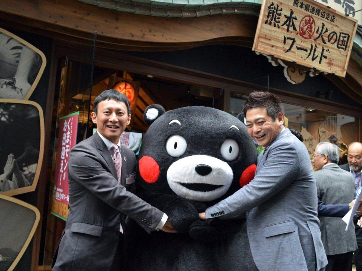 「熊本火の国ワールド 神戸三宮店」オープニングの様子 左から小野泰輔熊本県副知事、くまモン、河野圭一ワールド・ワン社長