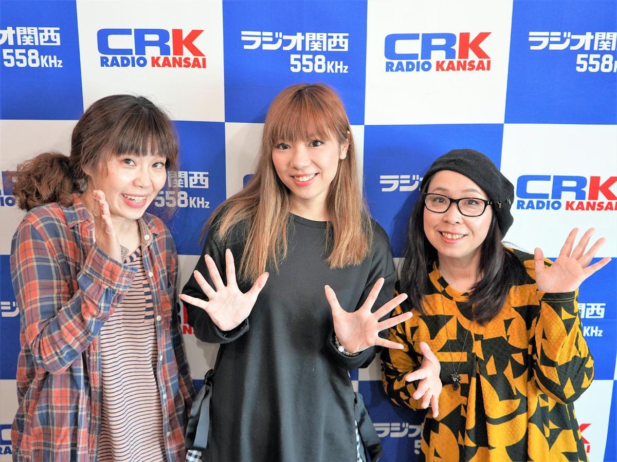 左から、「Honolulu collection」アンバサダーの前田あちこさん、シンガー・ソングライターのRinanaさん、神戸経済新聞編集長のウエツキめりぃさん
