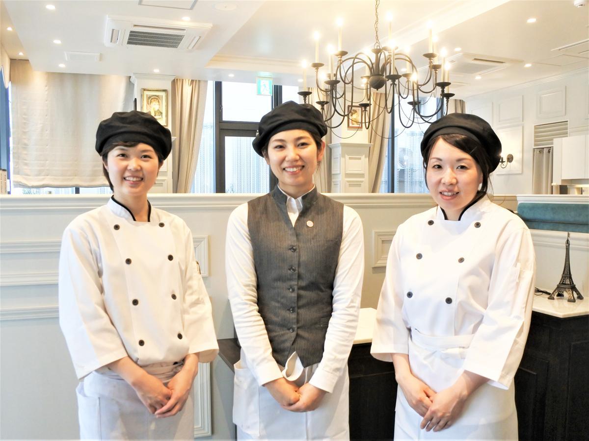 クレープとガレットの専門店「神戸クレープリーアモナ」代表スタッフの楳本愛理さん(中央)と専属パティシエら