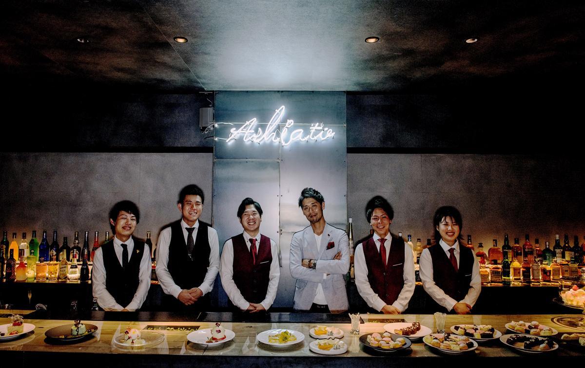 国内初の製菓会社コラボ型スイーツバー「スイーツBAR ASHIOTO」店主の奥本亘さん(中央)とスタッフたち