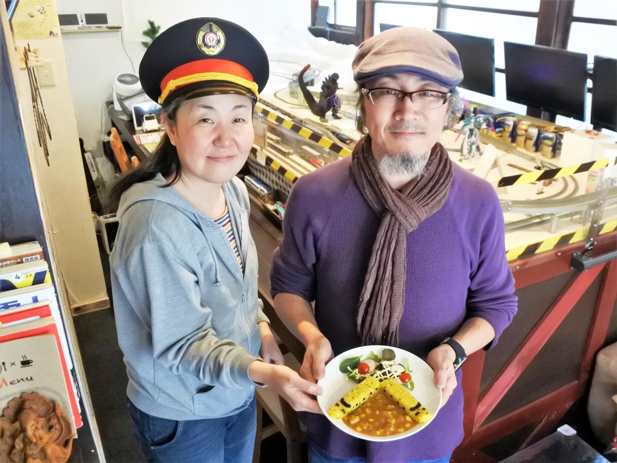 カレー専門店「鐵道カフェ&カレー」店主の佐野達夫さん(右)、店長の佐々木麻美さん(左)