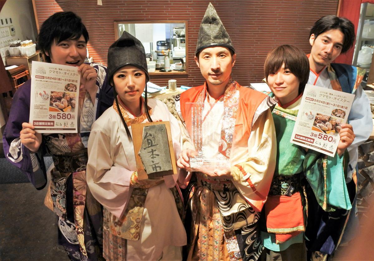 熊本城の復興瓦を利用したオープンキッチンで記念撮影する神戸・清盛隊