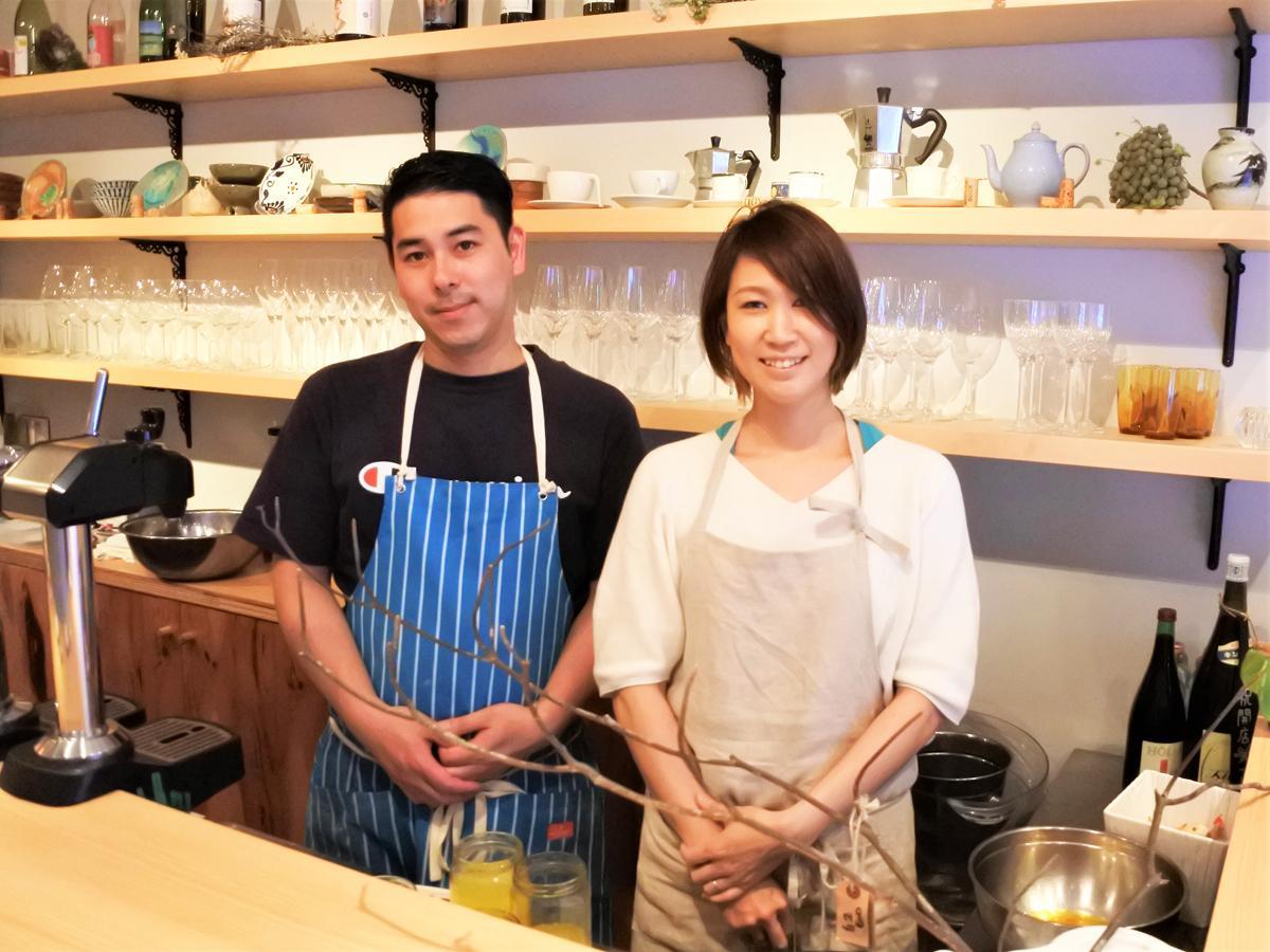 左から、「葵リベロ」料理長の浅田悦宏さん、女将の岡崎温子さん