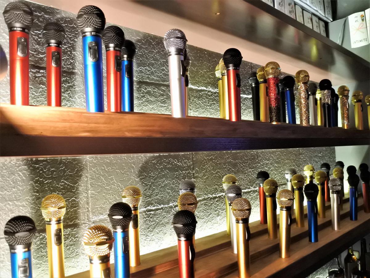 「My mic Bar うたいむし」のバックバーに整列するマイマイク