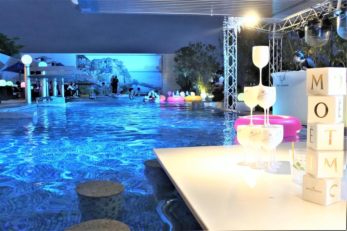 新港第一突堤にある天然温泉施設「神戸みなと温泉 蓮」で「ナイトプール」が開催されている