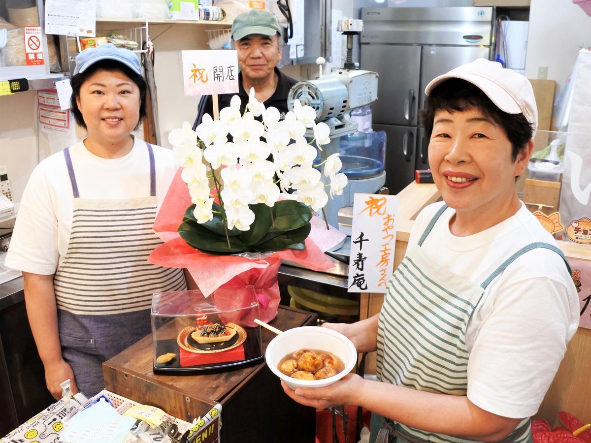 たこ焼とたい焼きの店「おやつ工房」店主の柴田薫さん(右)