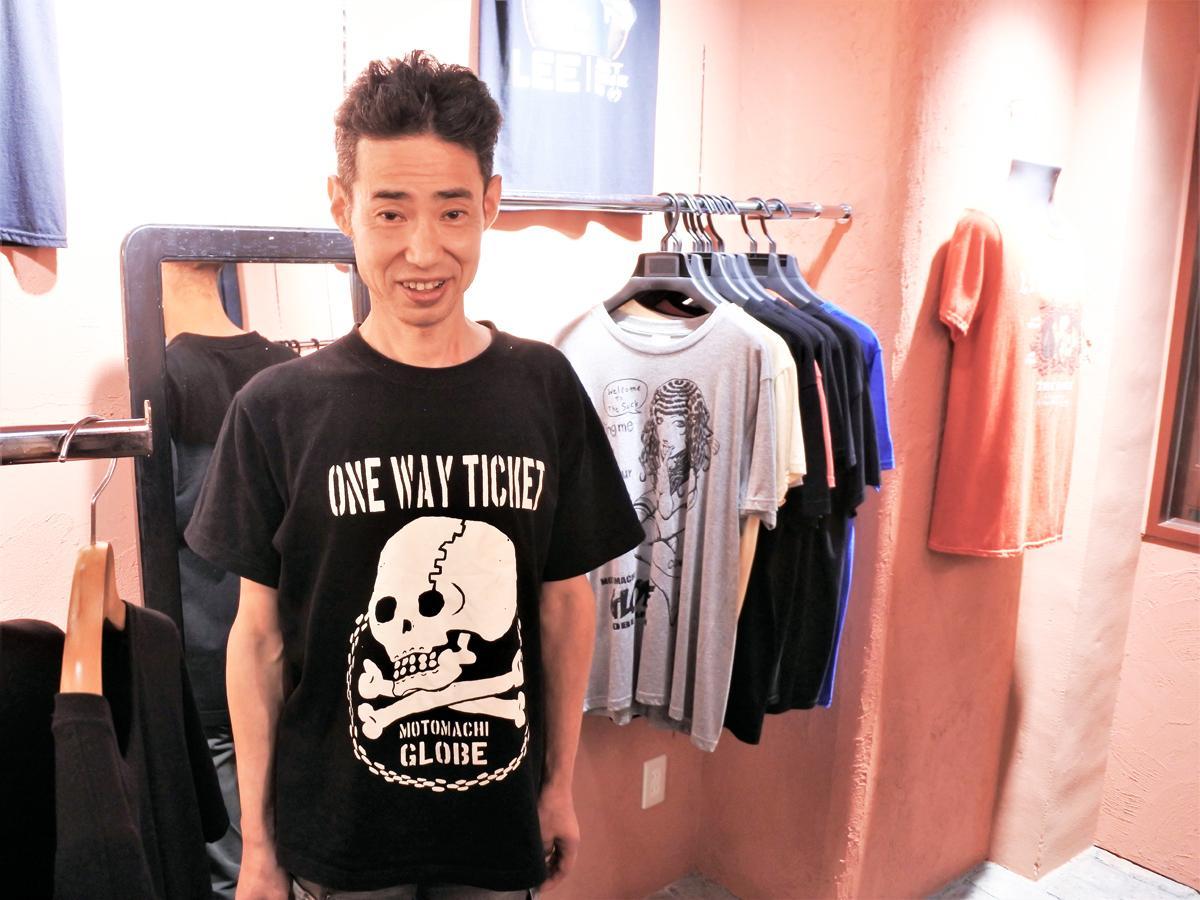 海外アーティスト公式ロックTシャツなどを扱うアパレルショップ「MOTOMACHI GLOBE(元町グローブ)」店主の東馬正典さん