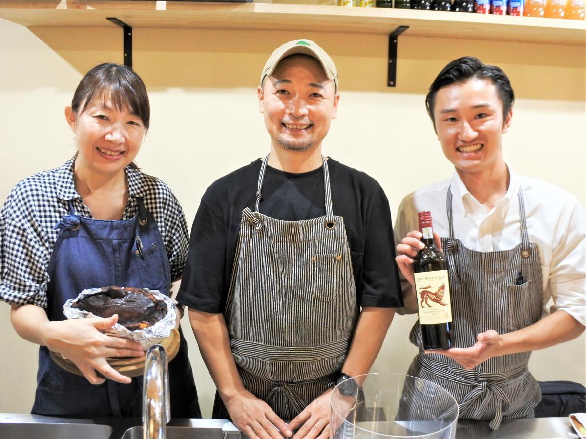 兵庫の野菜と魚のフレンチの店「Bistro.Sumimoto(ビストロスミモト)」オーナーシェフの住本卓巳さん(中央)とスタッフ