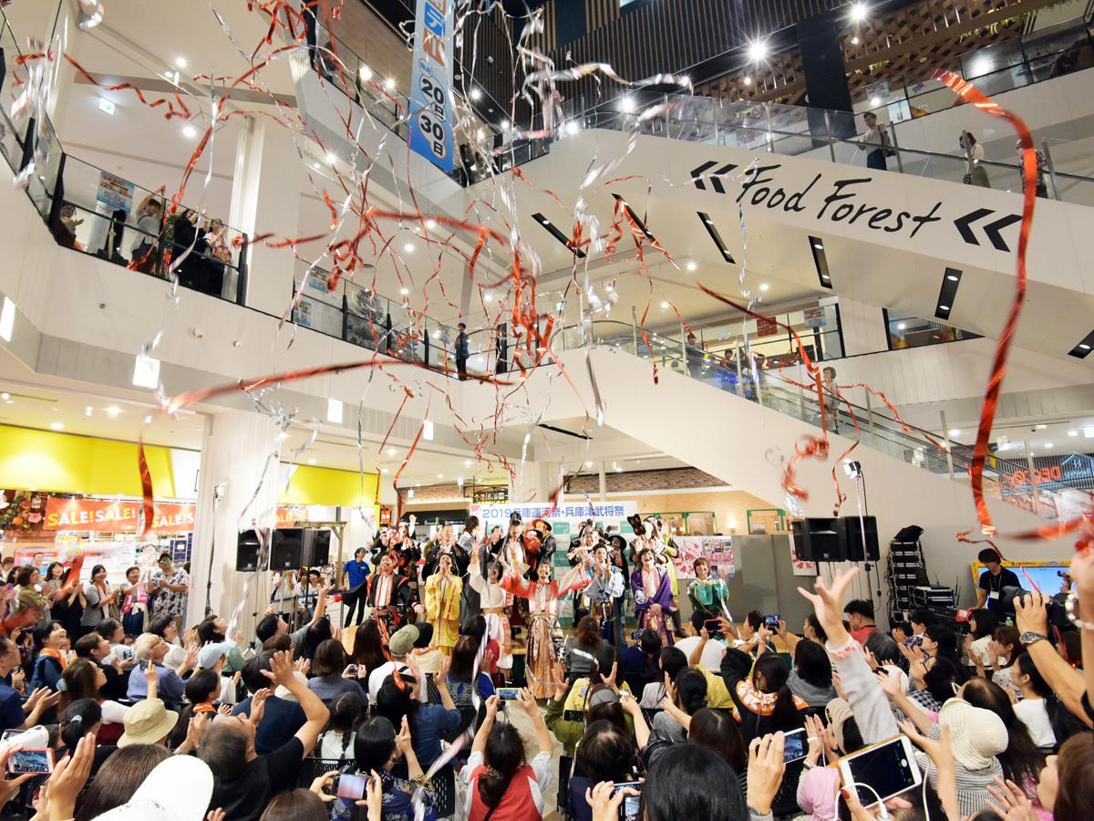 「イオンモール神戸南」特設ステージで行われた「兵庫津武将祭~平清盛901歳祭」フィナーレの様子 撮影=はらだかずのりさん