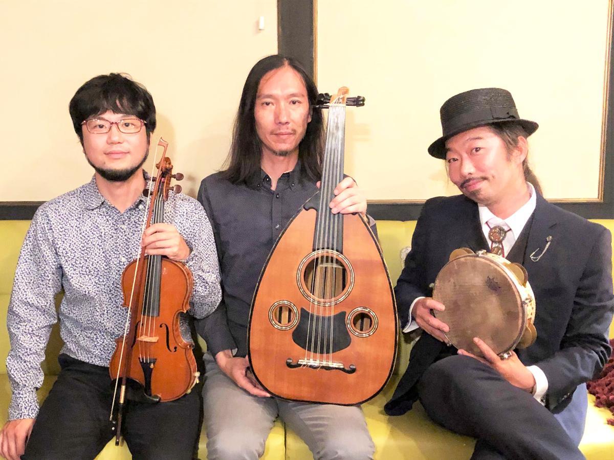 アラブ音楽トリオ「しんきちさん」、左から秦進一さん(アラブバイオリン)、加藤吉樹さん(ウード)、サンペーさん(レク)