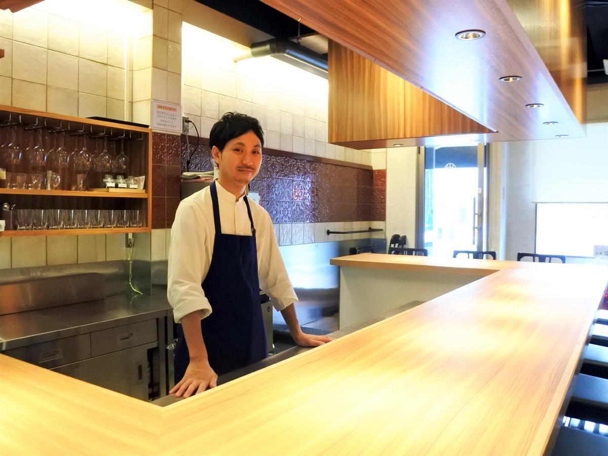 「神戸中華 うえばやし」のカウンターに立つ店主兼料理人の上林正和さん