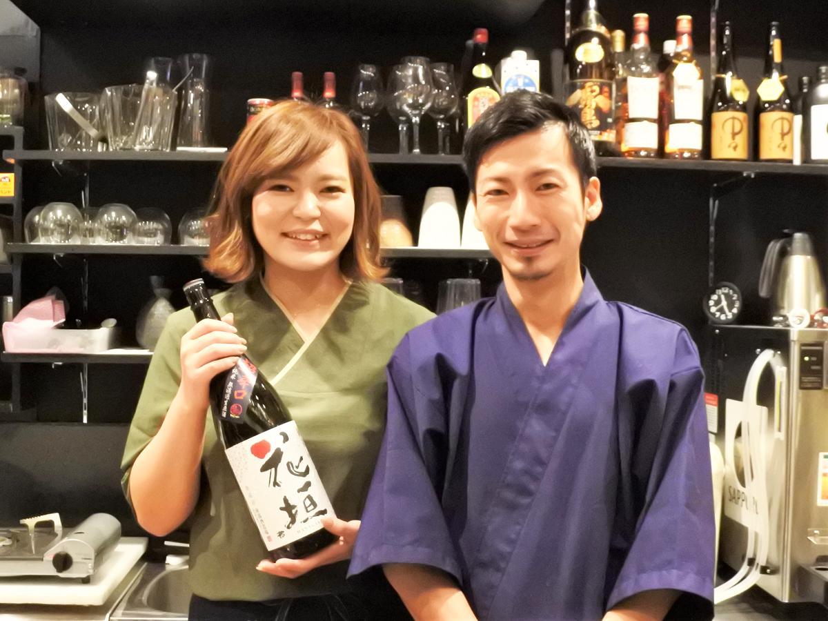「炙り 縁」店主の谷本良二さんと妻・織未さん