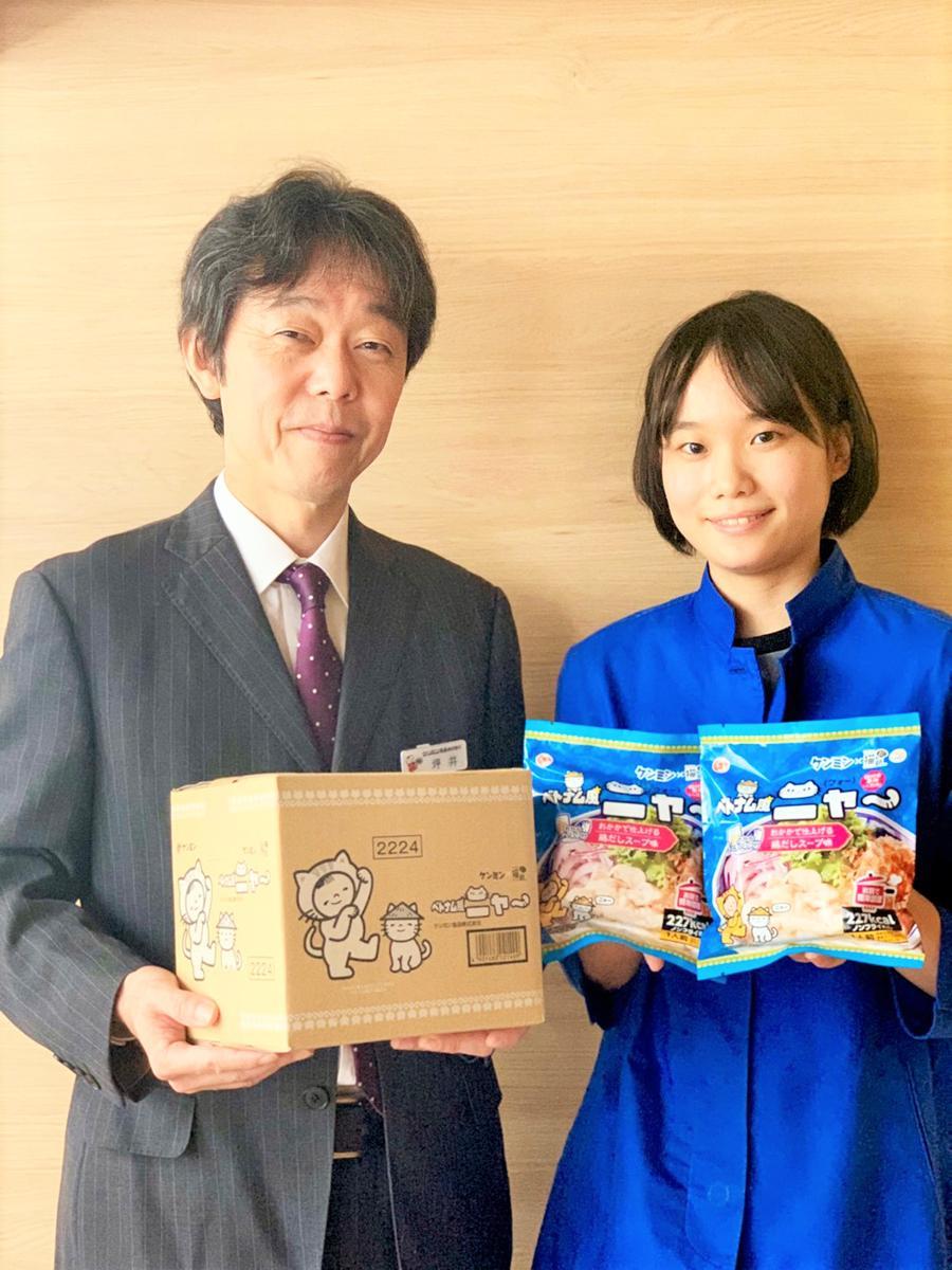 猫好き用フォー「ベトナム風ニャー」を紹介する商品企画担当の坪井智生さん(左)と商品開発担当の南和加奈さん(右)
