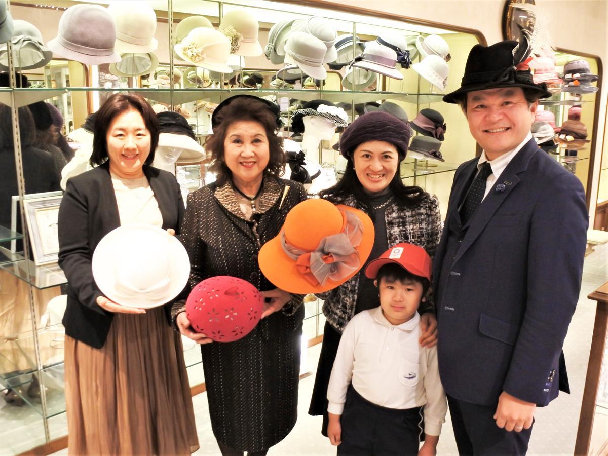 老舗帽子専門店「マキシン(maxim)」渡邊百合社長(左から2番目)を囲むマキシンファミリー