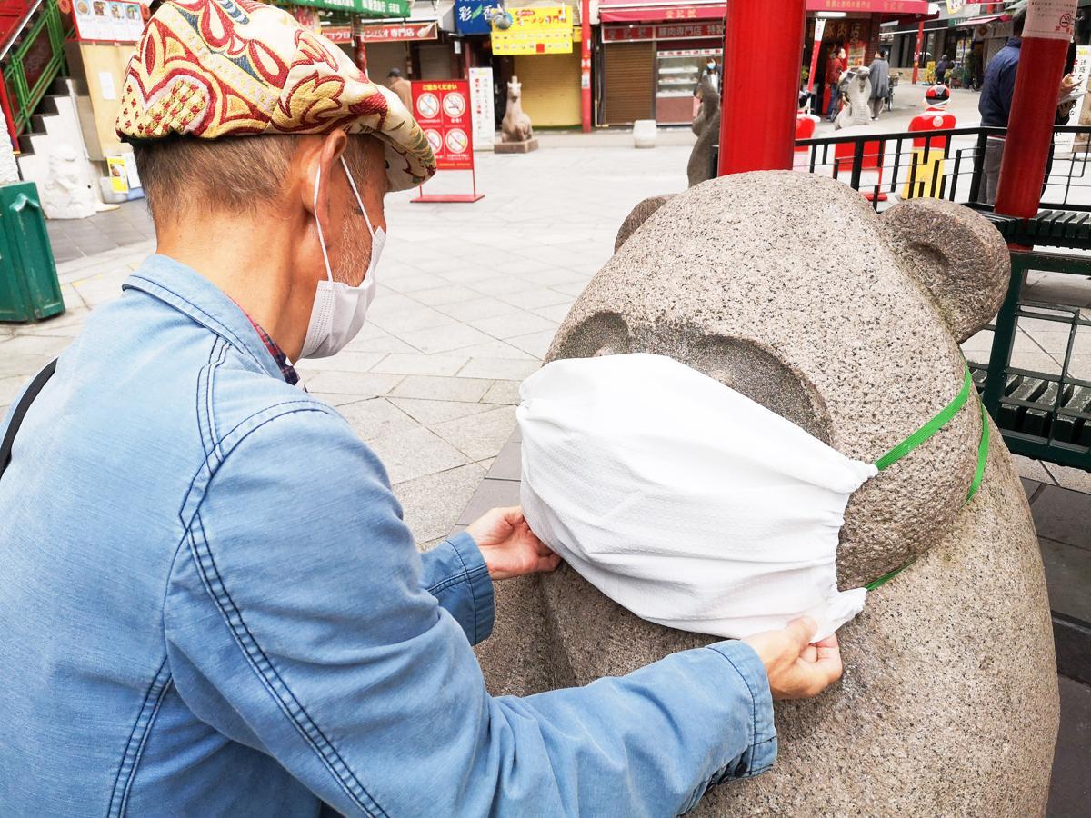 手作りの特製マスクを着ける南京町広場のパンダ像