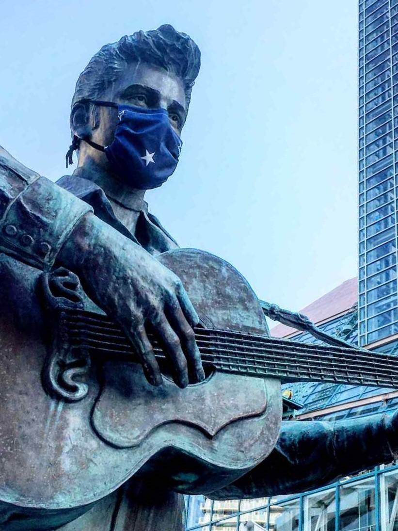 マスクを着けた神戸ハーバーランドのエルヴィス・プレスリー像