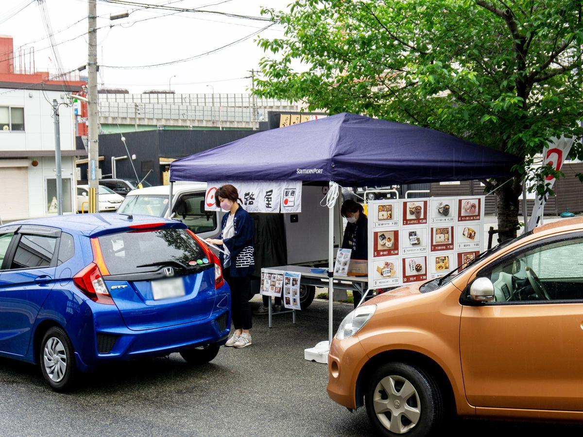 神戸の「淡路屋」が灘五郷の清酒「福寿」の蔵元「神戸酒心館」敷地内でドライブスルーの駅弁販売を始めた。