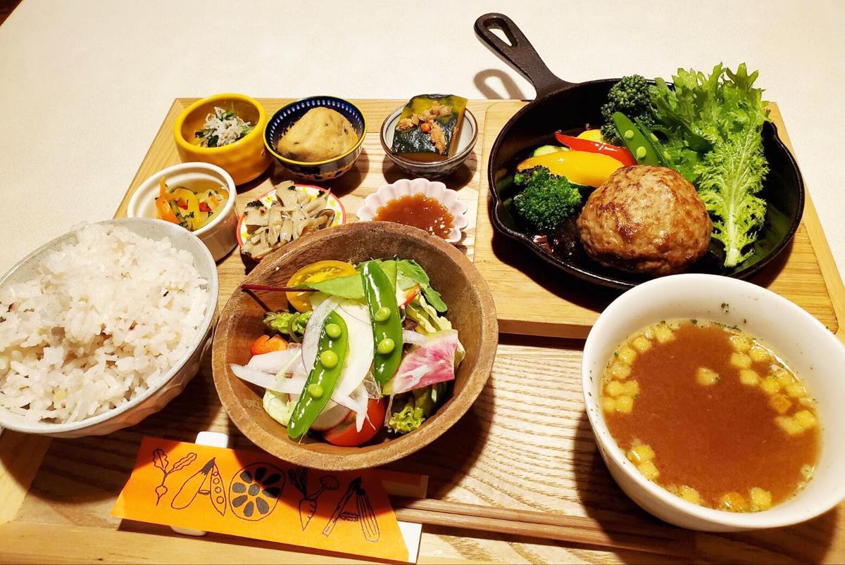 神戸・三宮のカフェ&ダイニング「八百屋カフェ SANNOMIYA」で提供する新鮮な野菜を使った手作り料理「週替わり八百屋御膳(ご飯、スープ、サラダお代わり自由)」