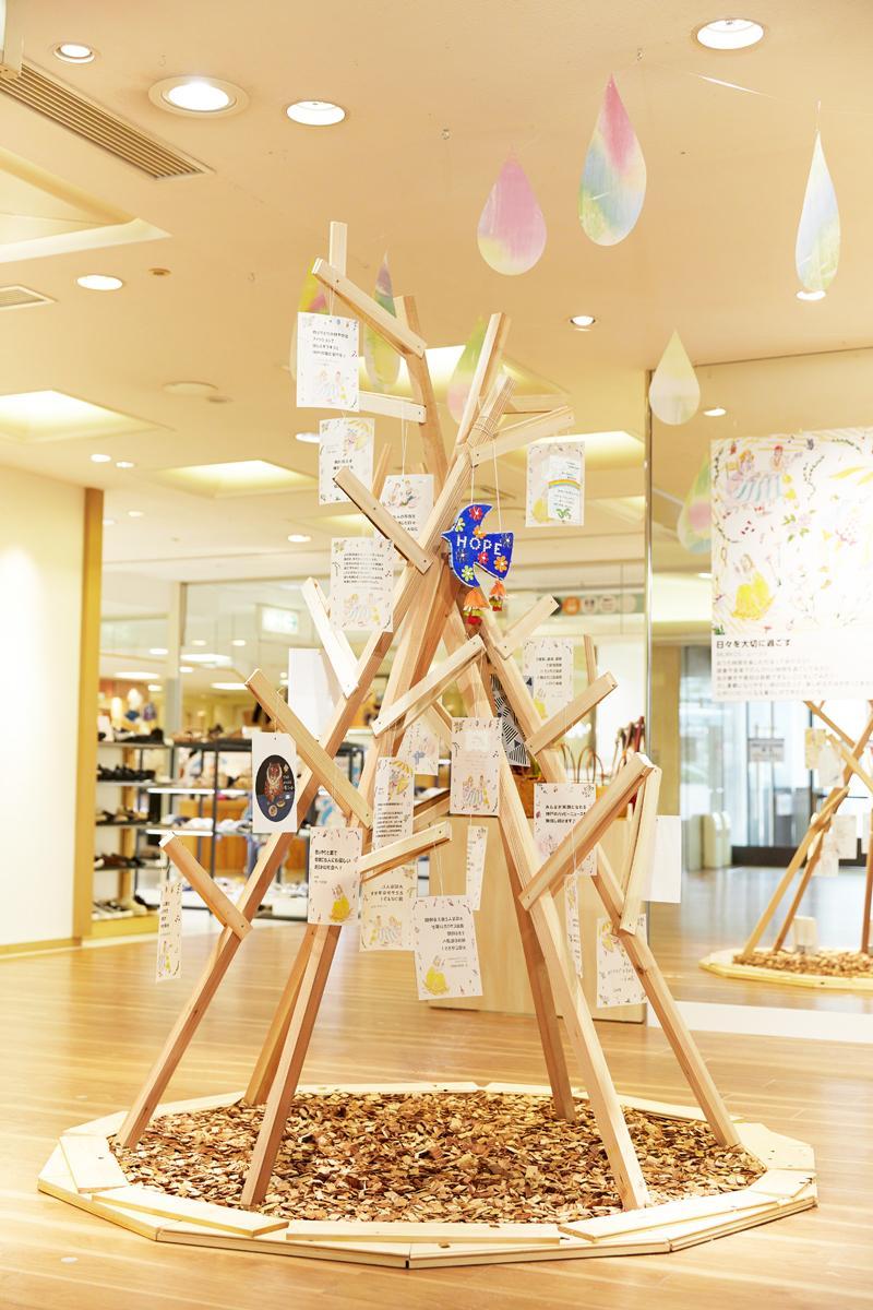 神戸阪急本館2階パティオステージ2にメッセージツリー「神戸から、笑顔の未来へ ~心おどる風が吹く、この街から~」展示